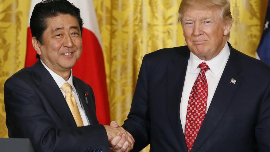 Video Jak podává ruku Trump? Jako dominantní šéf, ne však jako státník