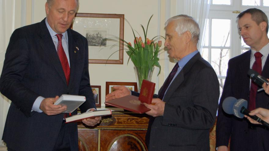 Video Události (28.2.2008): Premiér Topolánek předal medaili Josefu Mašínovi