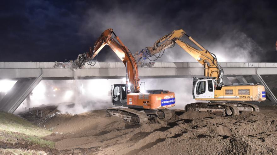 Video Dálnice D1 u Jihlavy se na noc uzavřela kvůli bourání nadjezdu