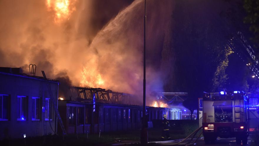 Video Hasiče naplno zaměstnal noční požár průmyslové haly