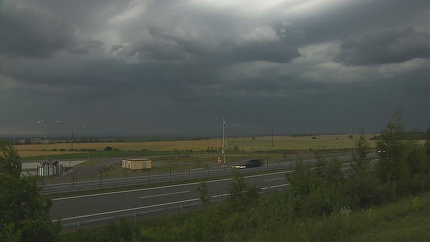 Video Silné bouřky zasáhly v úterý jih Čech. Tisíce lidí zůstaly bez proudu