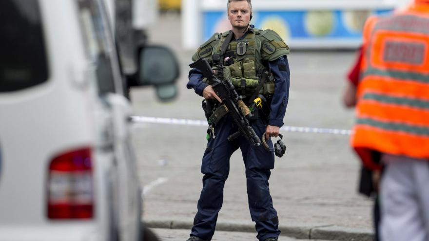 Video Události: Policie nehledá komplice útočníka v Turku, jednal nejspíš sám
