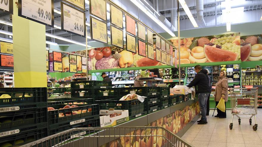 Video Události: Supermarkety na svátky musí zavřít. Jídlo, které zbyde, věnují charitě