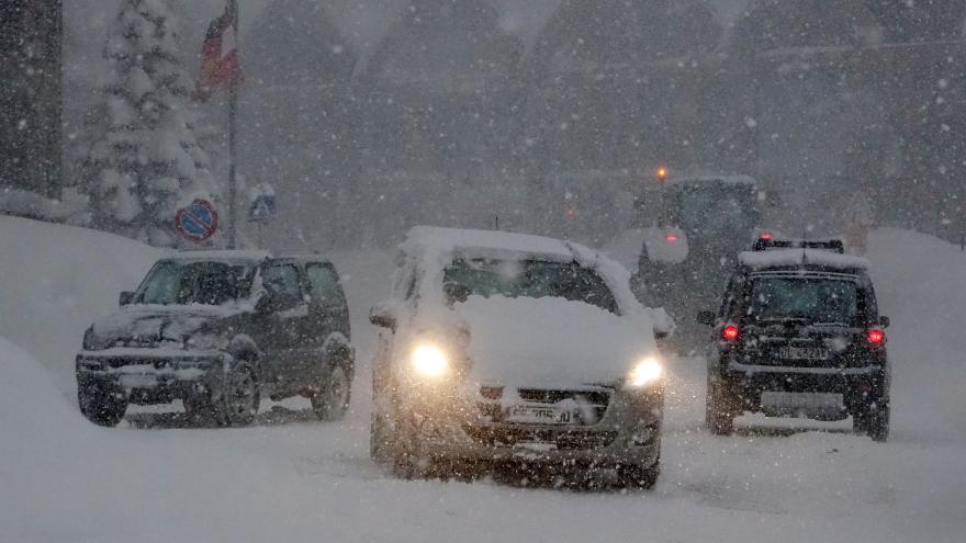 Video Sníh zasypal Moravu, policisté řeší desítky nehod. Část dálnice D48 je uzavřena