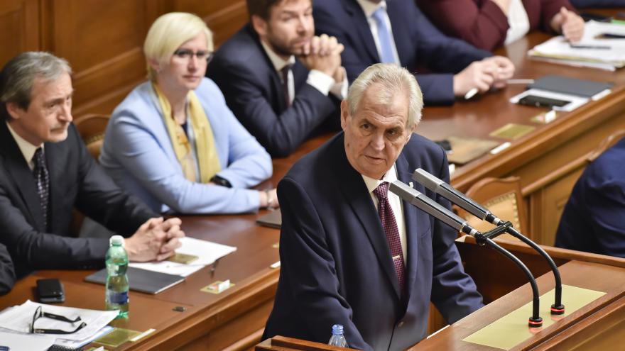 Video Prezident Zeman na schůzi k důvěře vládě
