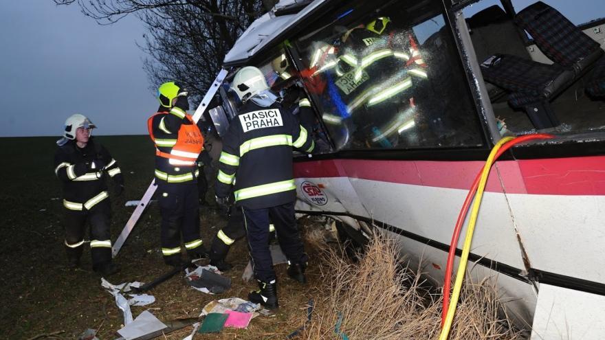 Video Události ČT: Cestující chtějí pomoci rodině řidiče, který nepřežil