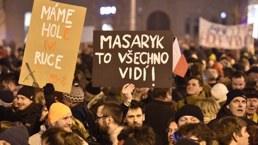 Video Události ČT: Tisíce lidí demostrovaly na náměstích proti Ondráčkovi v čele GIBS