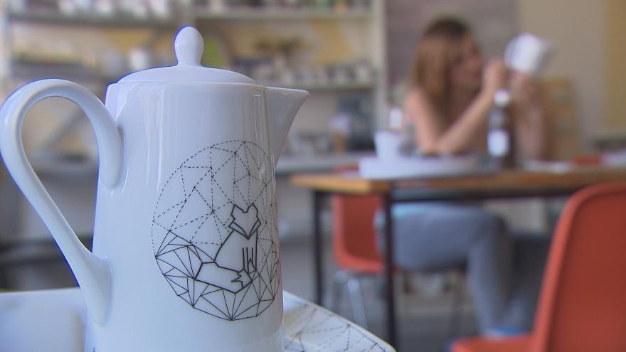 Video Výtvarnice Jitka Tomanová maluje na starý i nový porcelán