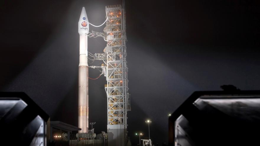 Video Události: Sonda InSight míří k Marsu. Podívá se pod povrch