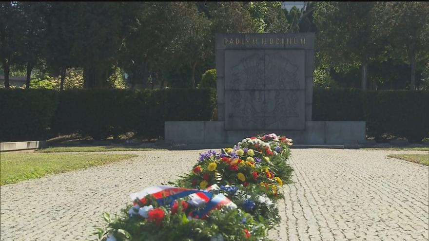 Video Události ČT: Na Olšanských hřbitovech si veřejnost připomněla konec války