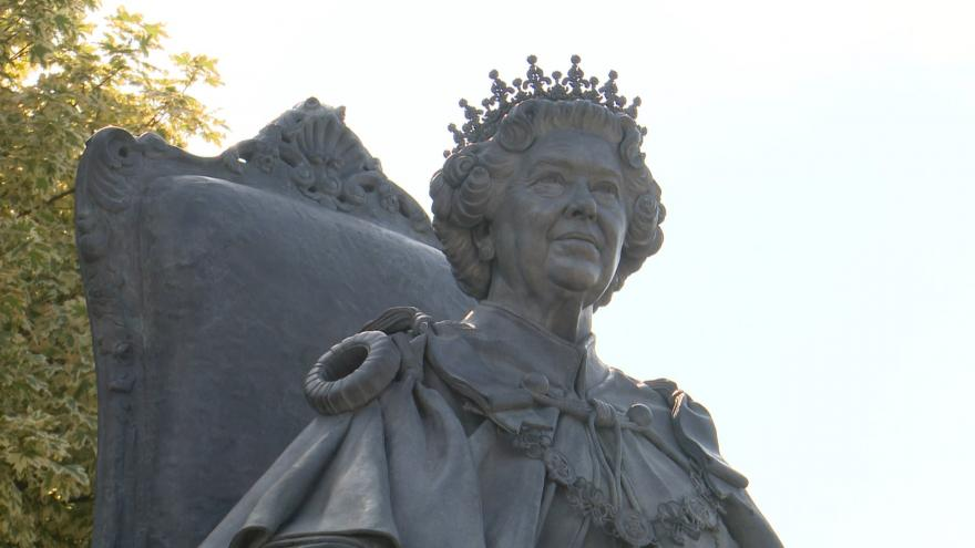 Video Odhalení sochy královny Alžběty II.