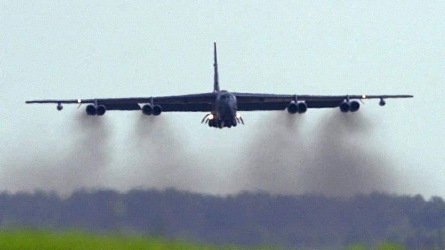 Video Na ostravském letišti v Mošnově přistál legendární americký bombardér B52