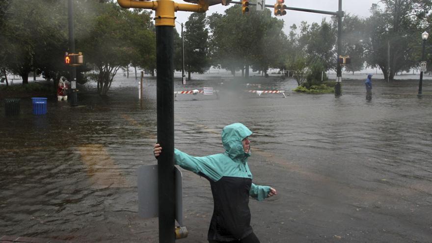 Video Bouře a záplavy: hurikán Florence dorazil na pobřeží Severní Karolíny