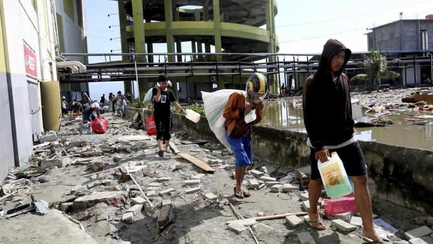 Video Obětí zemětřesení a tsunami na indonéském ostrově je přes osm stovek