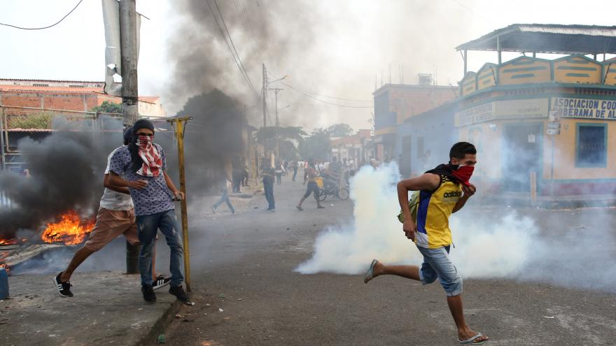 Video Na hranicích Venezuely a Kolumbie zemřeli o víkendu lidé.