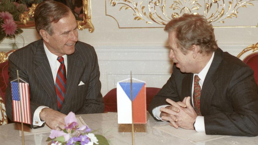 Video Události: Bush starší před 30 lety vystoupil v Praze