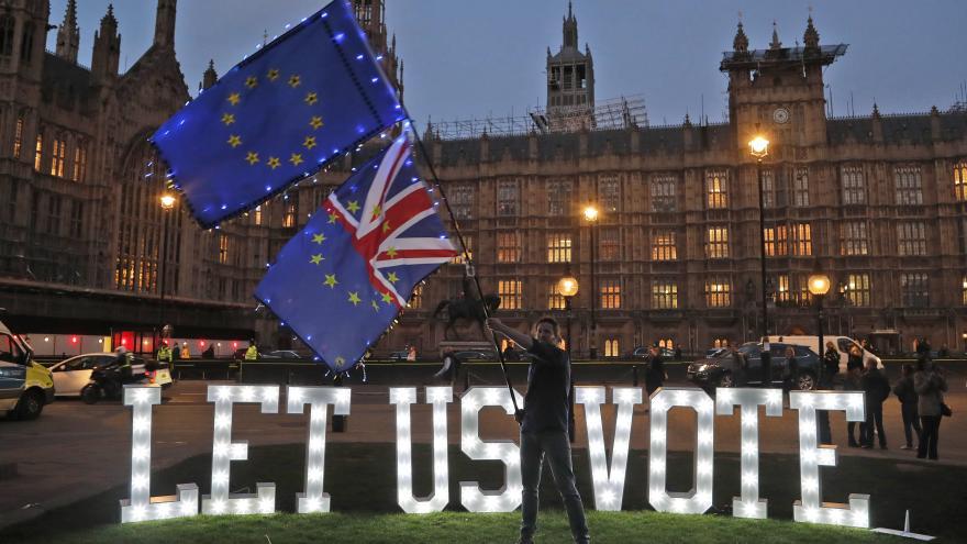 Video Jednání britské vlády s labouristy pokračuje, mluví se o potvrzovacím referendu