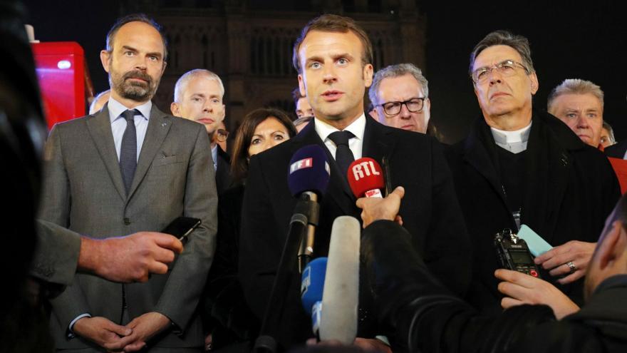 Video Katedrálu Notre-Dame společně znovu vybudujeme, řekl Macron na místě požáru