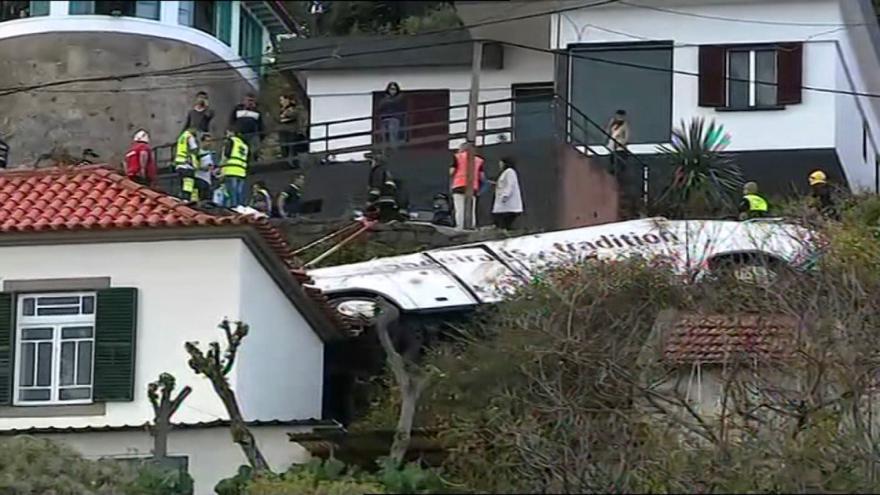 Video Na Madeiře havaroval autobus, 28 lidí nehodu nepřežilo