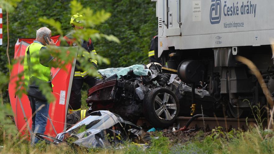 Video Tragické srážky aut s vlaky
