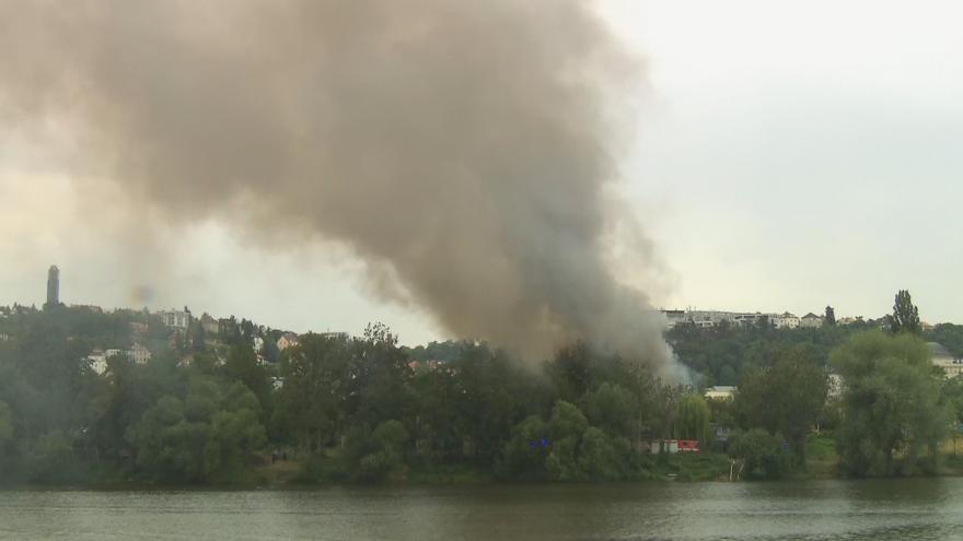 Video Pražští hasiči likvidují požár dřevěných garáží na Císařské louce