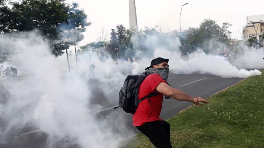 Video Násilné protesty v Santiagu de Chile mají první oběti