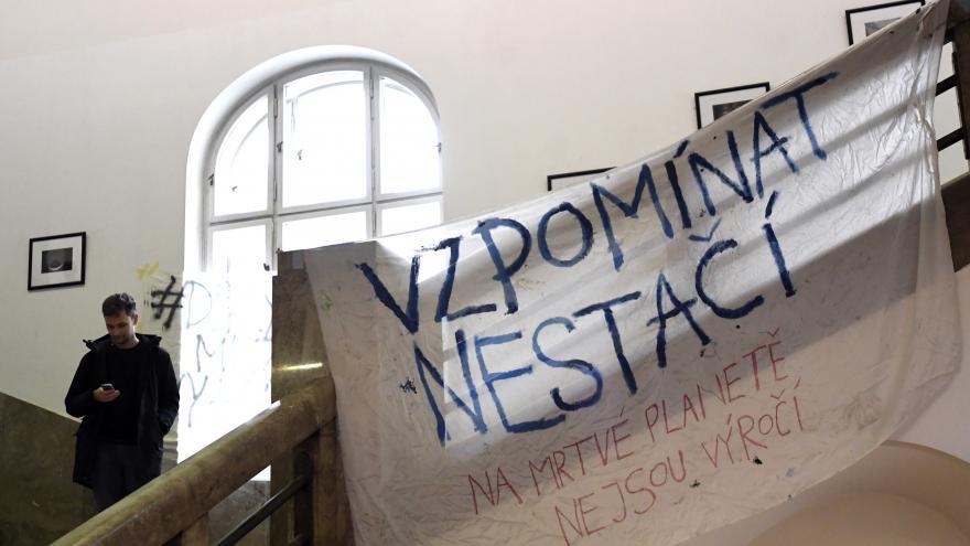 Video Studenti ve spacácích na chodbách. I tak probíhá stávka za klima na půdě Filozofické fakulty Univerzity Karlovy
