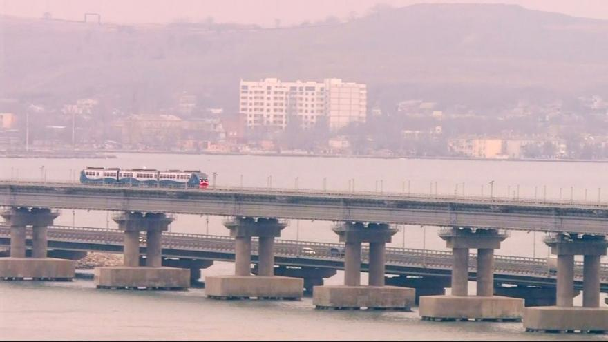 Video Putin se jako první projel po novém železničním mostě do Krymu