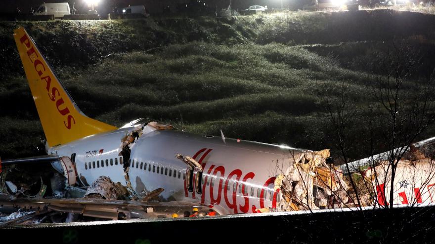 Video Nehoda letadla na istanbulském letišti si vyžádala mrtvé