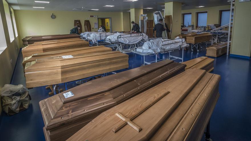 Video Krematoria nestíhají, v Itálii museli na odvoz rakví obětí koronaviru povolat armádu