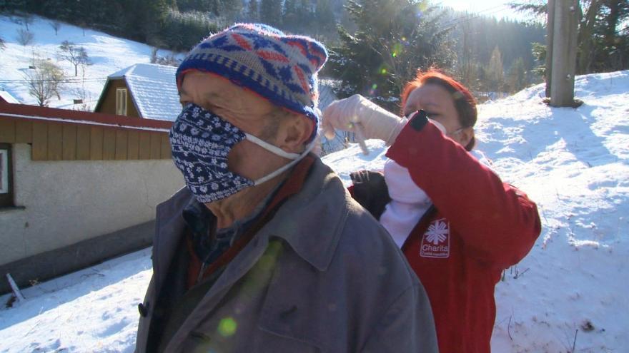 Video Zásoby roušek pracovníkům charity rychle docházejí