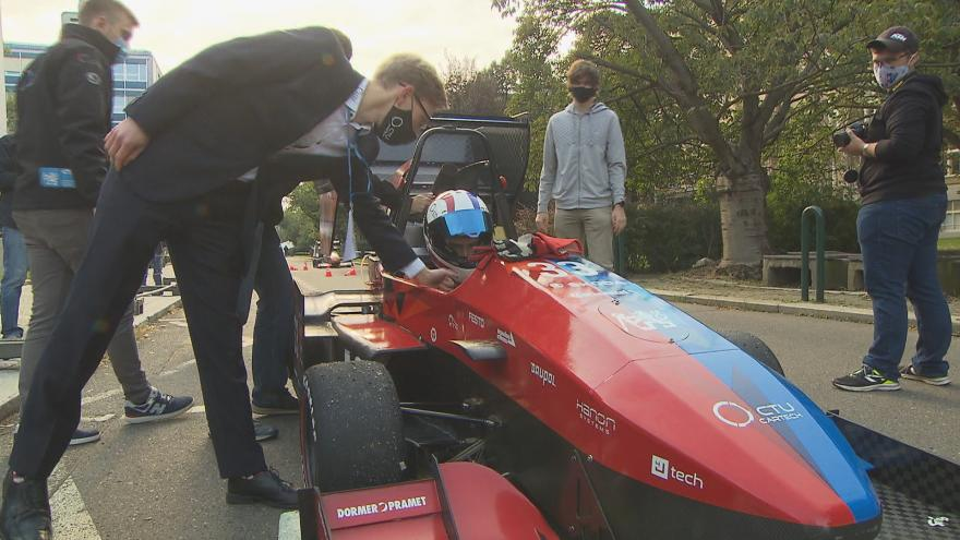 Video Studenti ČVUT předvedli vlastní závodní auta. Směřují na mezinárodní soutěž Formule Student