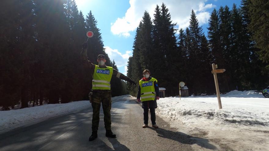 Video Lidé se na víkend chystají na hory. Připravují se nejen výdejní okénka, ale i policie