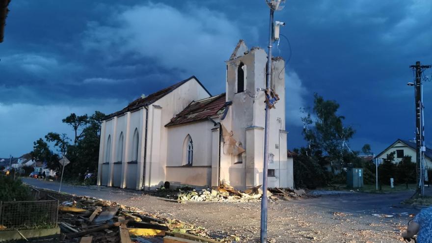 Video Místostarosta obce Hrušky Marek Babisz: Kostel po zásahu tornádem nemá zvonici, spousta domů je rozbořených