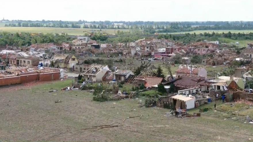 Video Letecké záběry tornádem zničené obce Hrušky. Z domů zbyly jen trosky