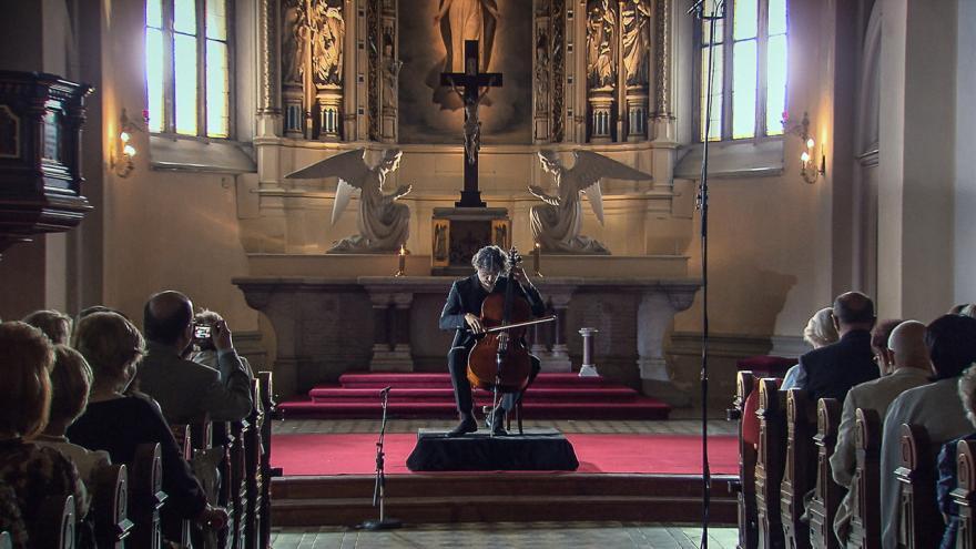 Video Jiří Bárta hraje Bachovy Suity pro violoncello