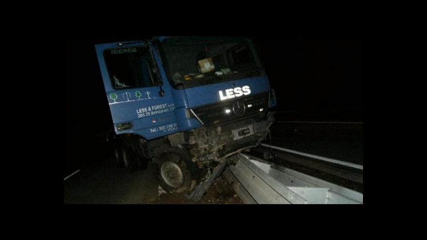 Video Události ČT: Nebezpečné chování řidičů kamionů na dálnici