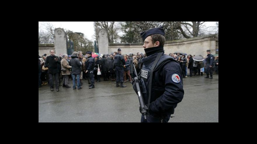 Video Francie pohřbila další oběti z Charlie Hebdo