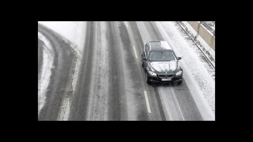 Video Na českých silnicích hrozí náledí