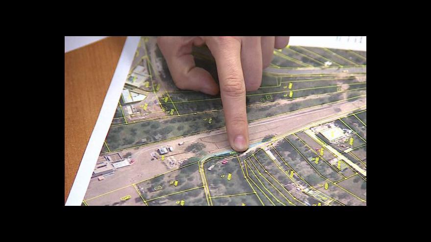 Video Sousedé se přou o plot na přístupové cestě