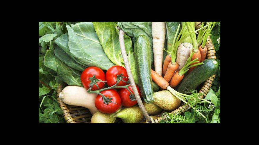 Video Spor o farmářské trhy na pražském nábřeží