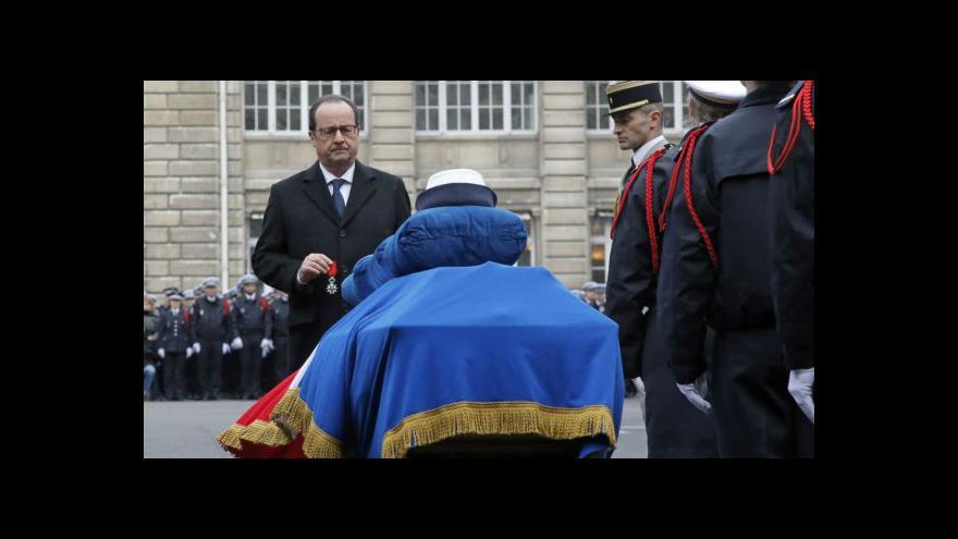 Video Francois Hollande uctil památku mrtvých policistů