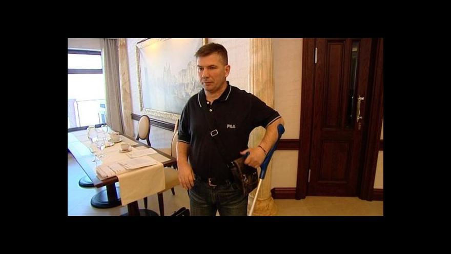 Video Cizinec, který při záchraně ženy ochrnul, se dočkal státní pomoci