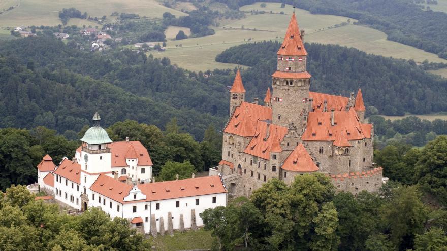 Video Mince s motivem hradu Bouzov
