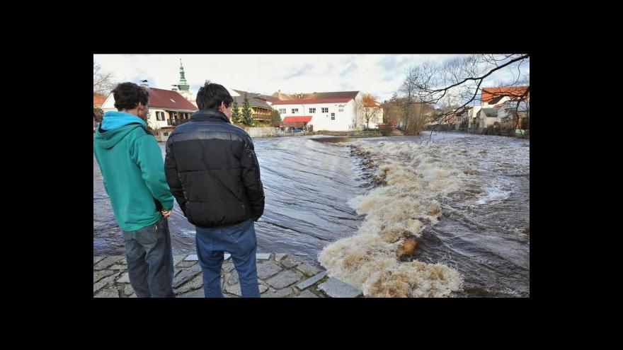 Video Zvýšené hladiny řek ohrožovaly majetek i dopravu