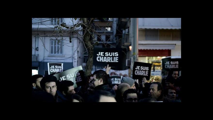 Video NO COMMENT: Smutek nad oběťmi útoku vládne i na Eiffelově věži