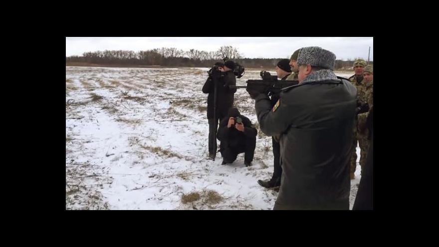 Video Na webu se objevily záběry střílejícího Porošenka
