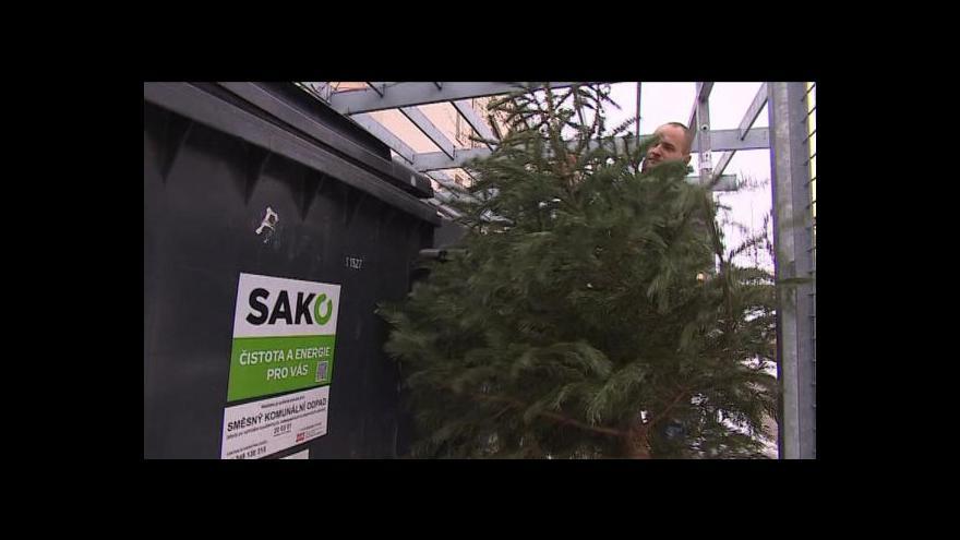 Video Vánoční stromky teď zdobí okolí popelnic