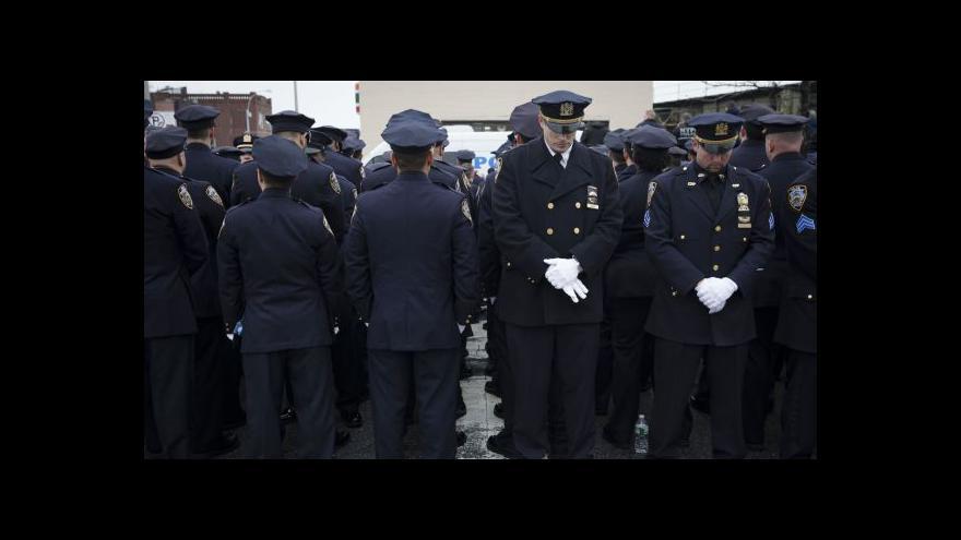 Video Pohřeb newyorského policisty opět provázel tichý protest