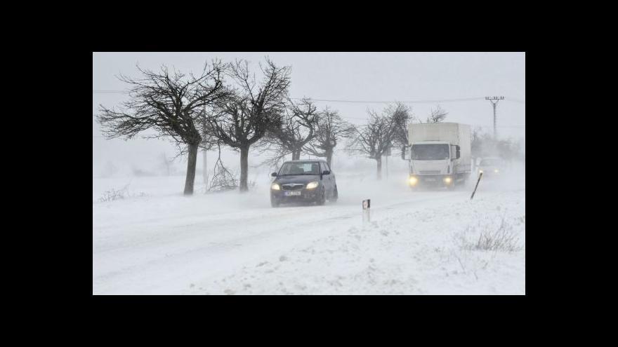 Video Sníh a vítr dnes komplikoval dopravu zejména na horách